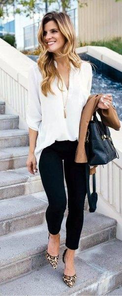 vit chiffongblus med svarta smala jeans och leopardklackar