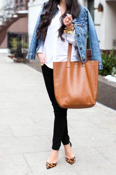 blå jeansjacka med vit linneskjorta med knappar