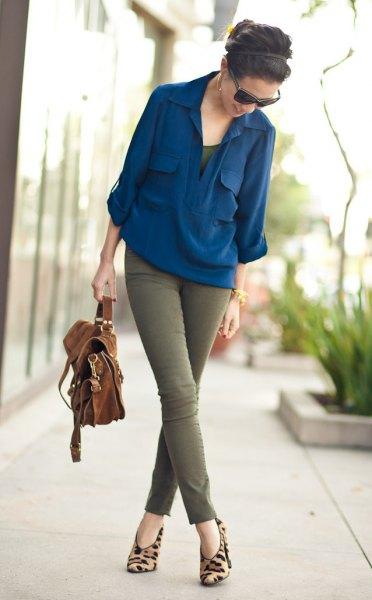 Marinblå chiffongblus med gröna skinny jeans