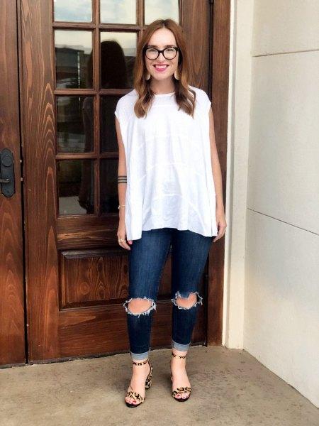 vit ärmlös blus med rippade mörka jeans