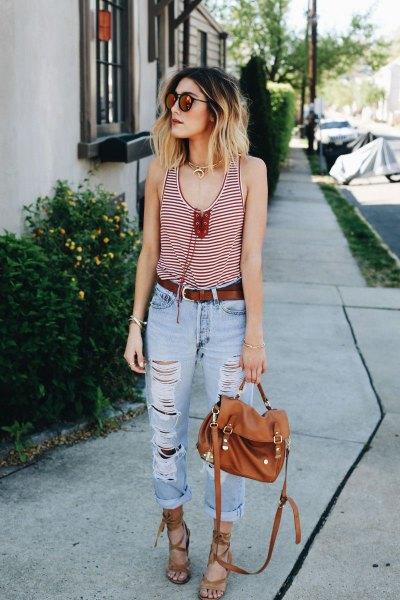 svartvitt linne med scoop-halsringning och ljusblå jeans