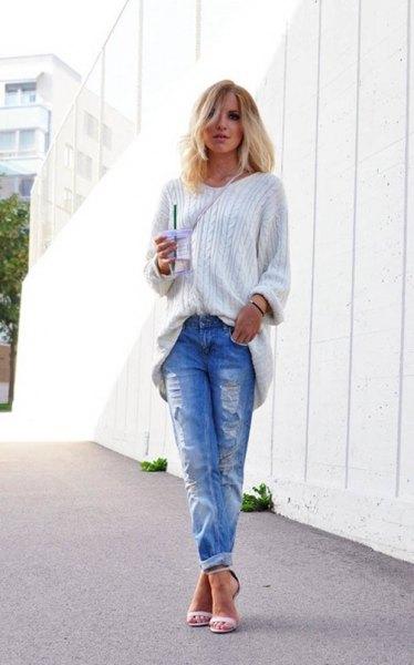 vit, kornig stickad tröja med blå rippade jeans med manschetter