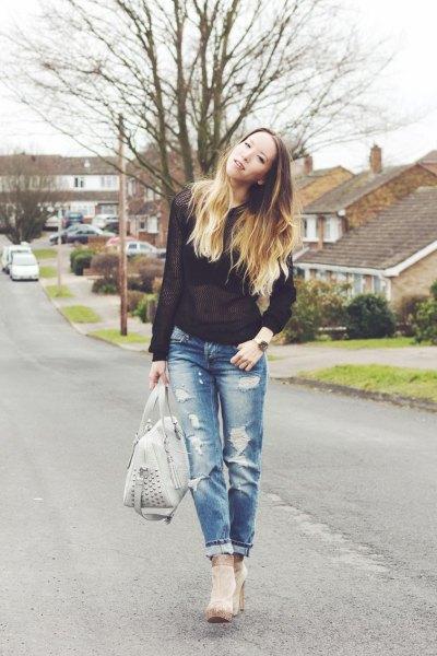 svart halvtransparent tröja med trasiga jeans och grå fotkängor