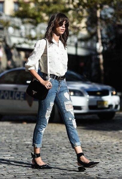 vit skjorta med knappar och blå jeans med manschetter