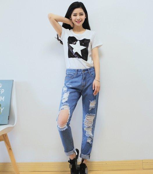 vit grafisk t-shirt med ljusblå rippade pojkvän jeans