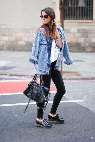 blå pojkvän jeansjacka med svarta oxfordläderskor