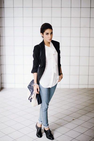 svart kavaj med vit chiffongskjorta och läderskor