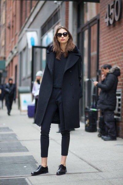 svart ullrock med ankelfria skinny jeans och läderskor