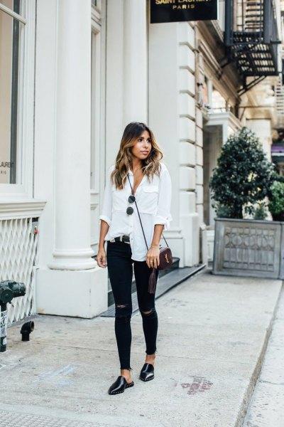vit linneskjorta med knappar, rippade skinny jeans och svarta läderskor
