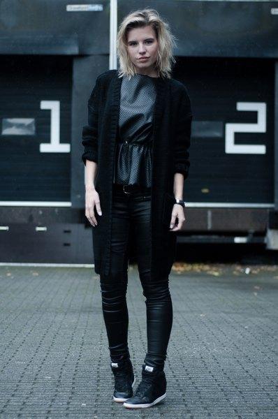 svart kavaj med grå sidenblus och höga sneakers