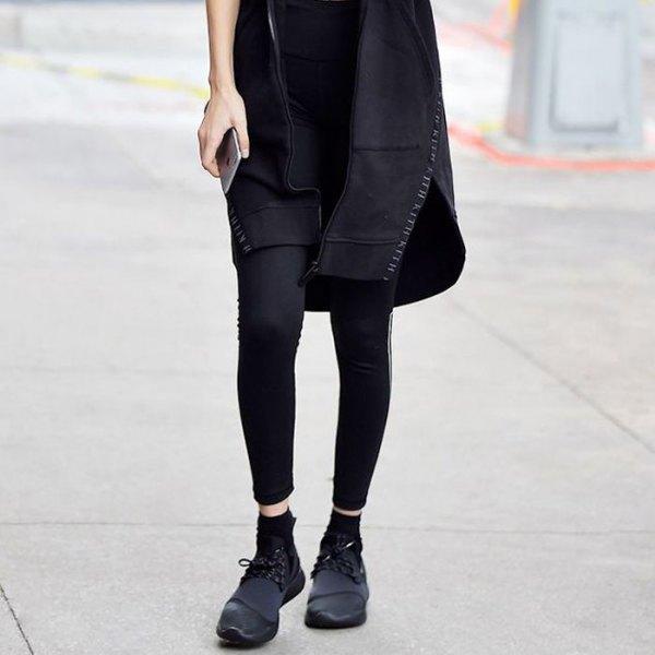 svart mini-skiftklänning med leggings och läderskor
