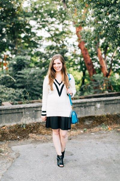 vit och svart tröja med svart minikjol och stövlar med öppen tå