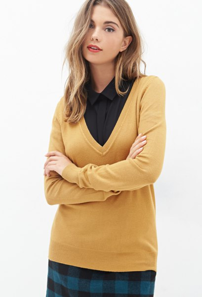 Senapsgul V-ringad tröja och svart skjorta med knappar