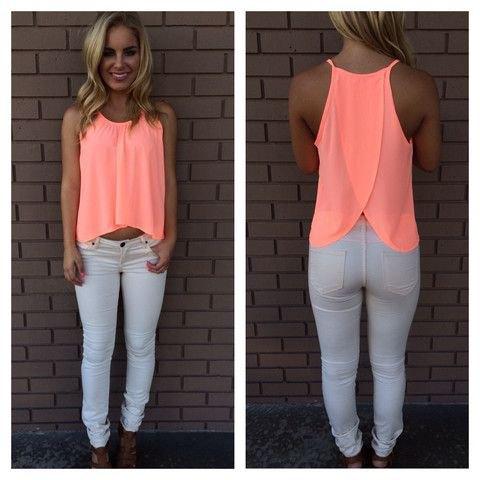 Ljusgul, kort, flytande linne med vita skinny jeans