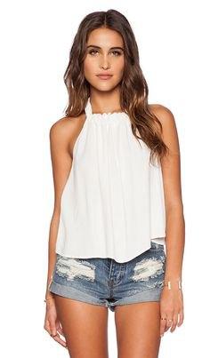 vit, flytande linne med veck och jeansshorts