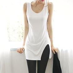vit lång linne med svarta leggings