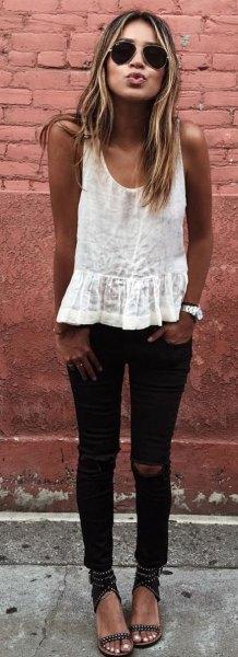 vit linne med svarta skinny jeans och sandaler