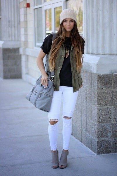 svart t-shirt rippade vita skinny jeans