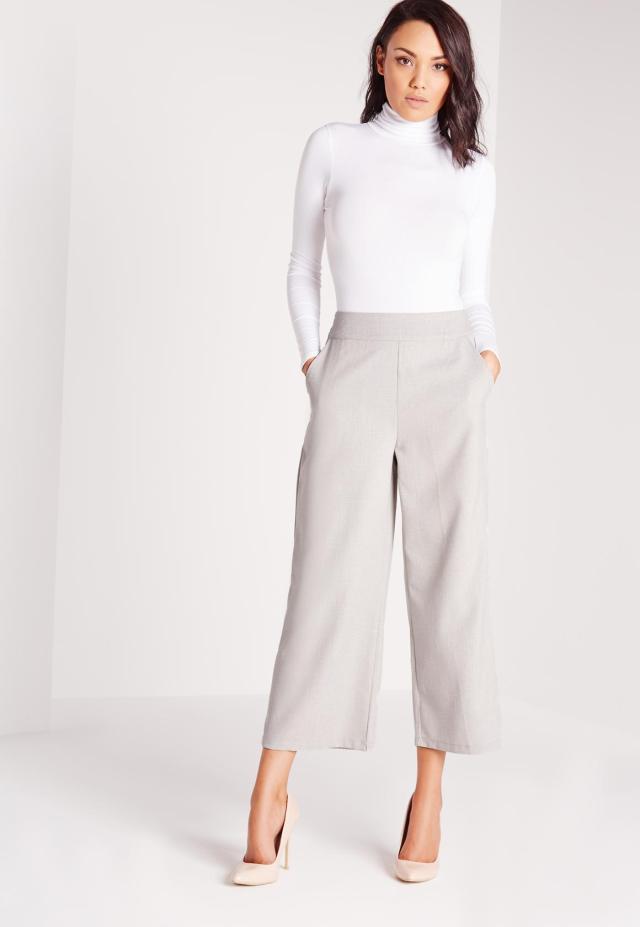 grå breda byxor och vit tröja
