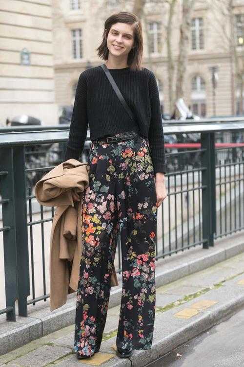 svart tröja blommiga byxor med vida ben