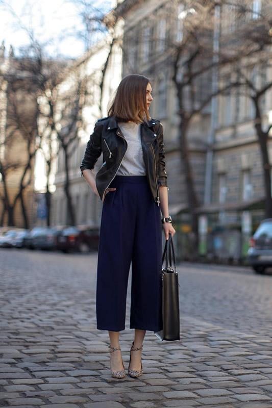 svart läderjacka mörkblå kortbyxor