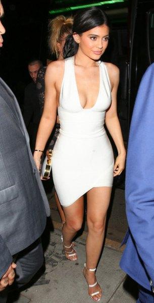 vit bodycon-klänning med djup V-ringning