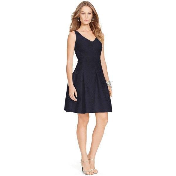 svart utsvängd klänning silver klackar med öppna tå