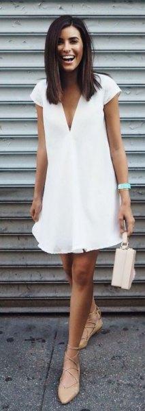 V-ringad skiftklänning med ljusrosa klackar