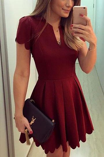 röd veckad klänning med V-ringning