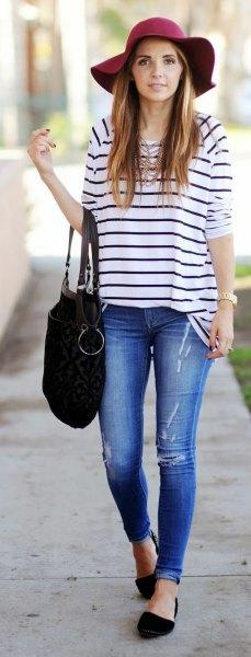 Marinblå och vit randig t-shirt svart floppy hatt