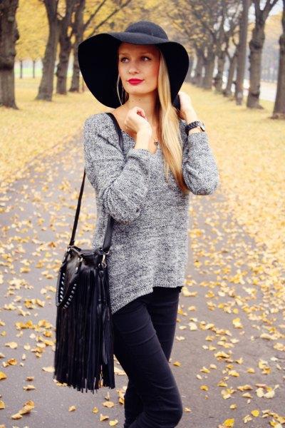 svart floppy hatt, fläckig grå stickad tröja