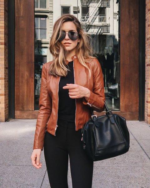 brun läderjacka alla svarta kläder