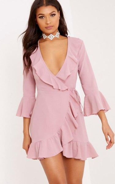 blush rosa ruffle mini wrap klänning med silver choker halsband
