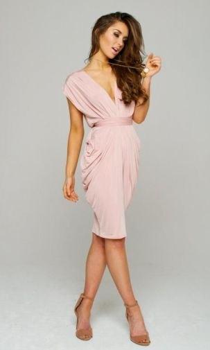 Midiklänning med djup V-ringning och rosa bälte
