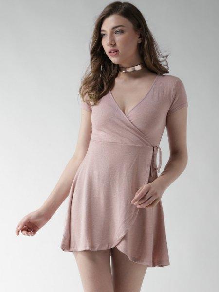 Mini rosa klänning med silver choker halsband