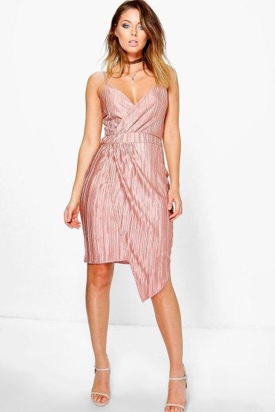 knälång klänning med djup V-ringning och rosa siden