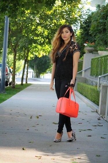 svart spets kortärmad topp med V-ringning och orange handväska