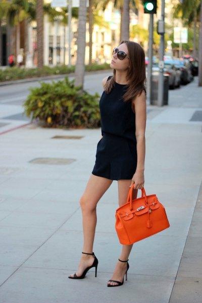 svart ärmlös mini-slida klänning med orange läderhandväska