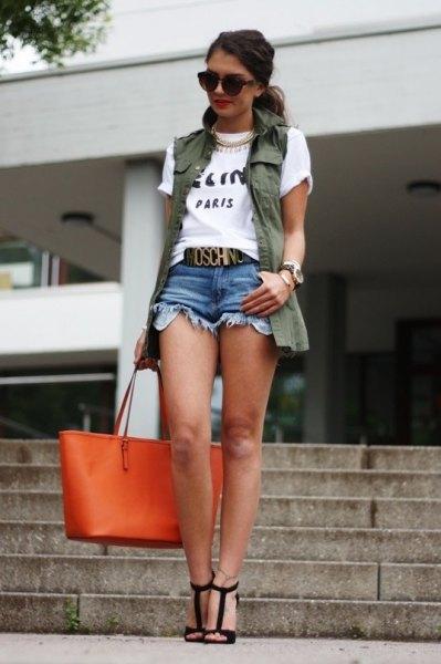 vit tryckt T-shirt med olivgrön väst och jeansshorts