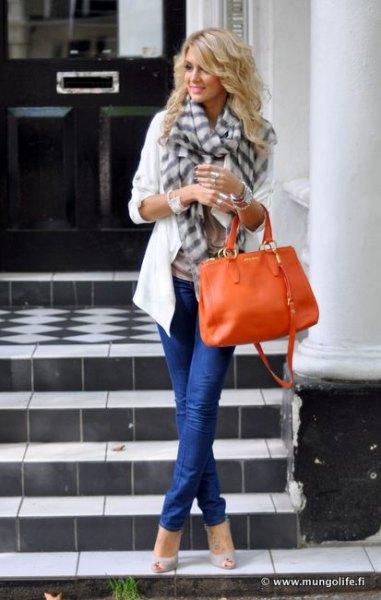 vit casual blazer med grå rutig halsduk och orange läderhandväska