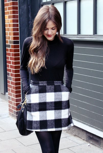 Långärmad T-shirt med svart rutig kjol
