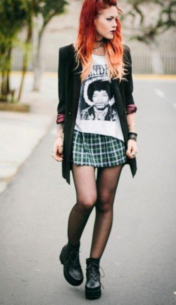 svart kavaj med vit grafisk t-shirt och rutig minikjol