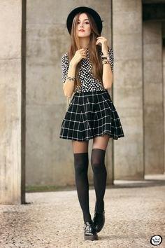 Svart och vit blus med minirater kjol