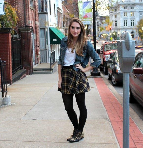 grå jeansjacka med svart rutig kjol och leggings