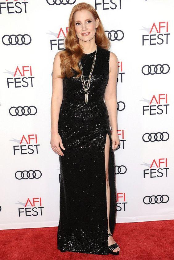 svart glittrande sidoslits på klänningen