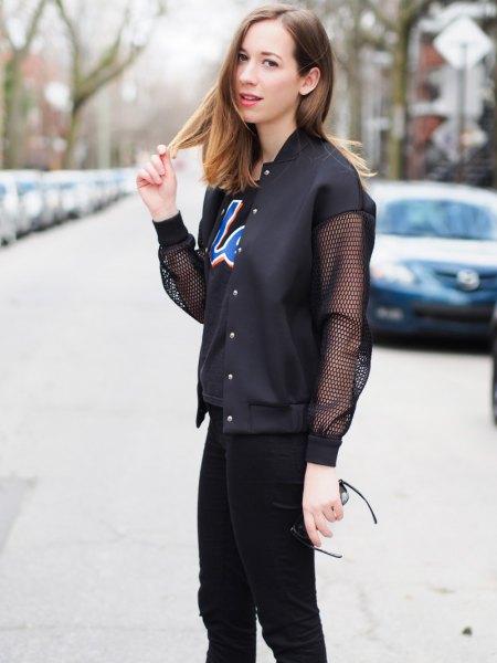 svart fisknätjacka med tryckt T-shirt och smala jeans