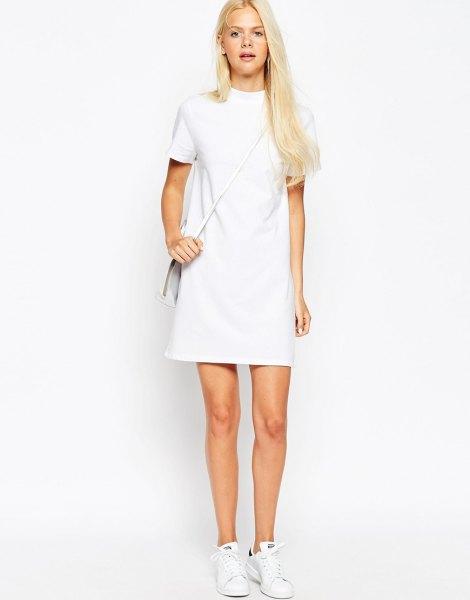 vit kortärmad miniklänning med mock hals och sneakers