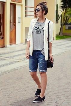 vit casual blazer med grå grafisk t-shirt och jeansshorts