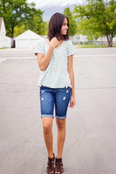vit och ljusgrå randig t-shirt med långa jeansshorts med blå manschett