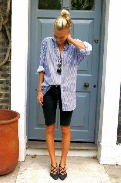 blå och vit randig tunikatröja med knappar och svarta långa shorts